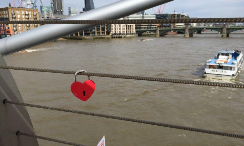 Trøst: Selv om låsene fjernes, ligger nøklene fortsatt på Themsens bunn.