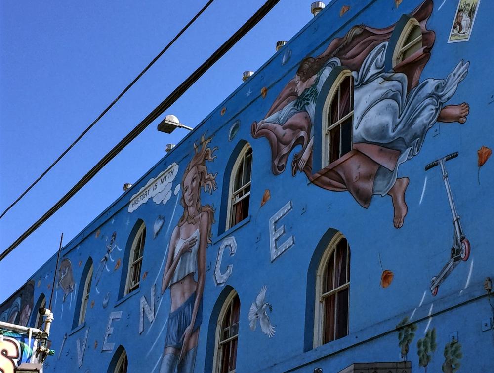 Gatekunstneren Rip Cronk har malt mange veggmalerier langs Venice Ocean Front Walk. Et av hans mest kjente er Venice Kinesis, fra 1989.