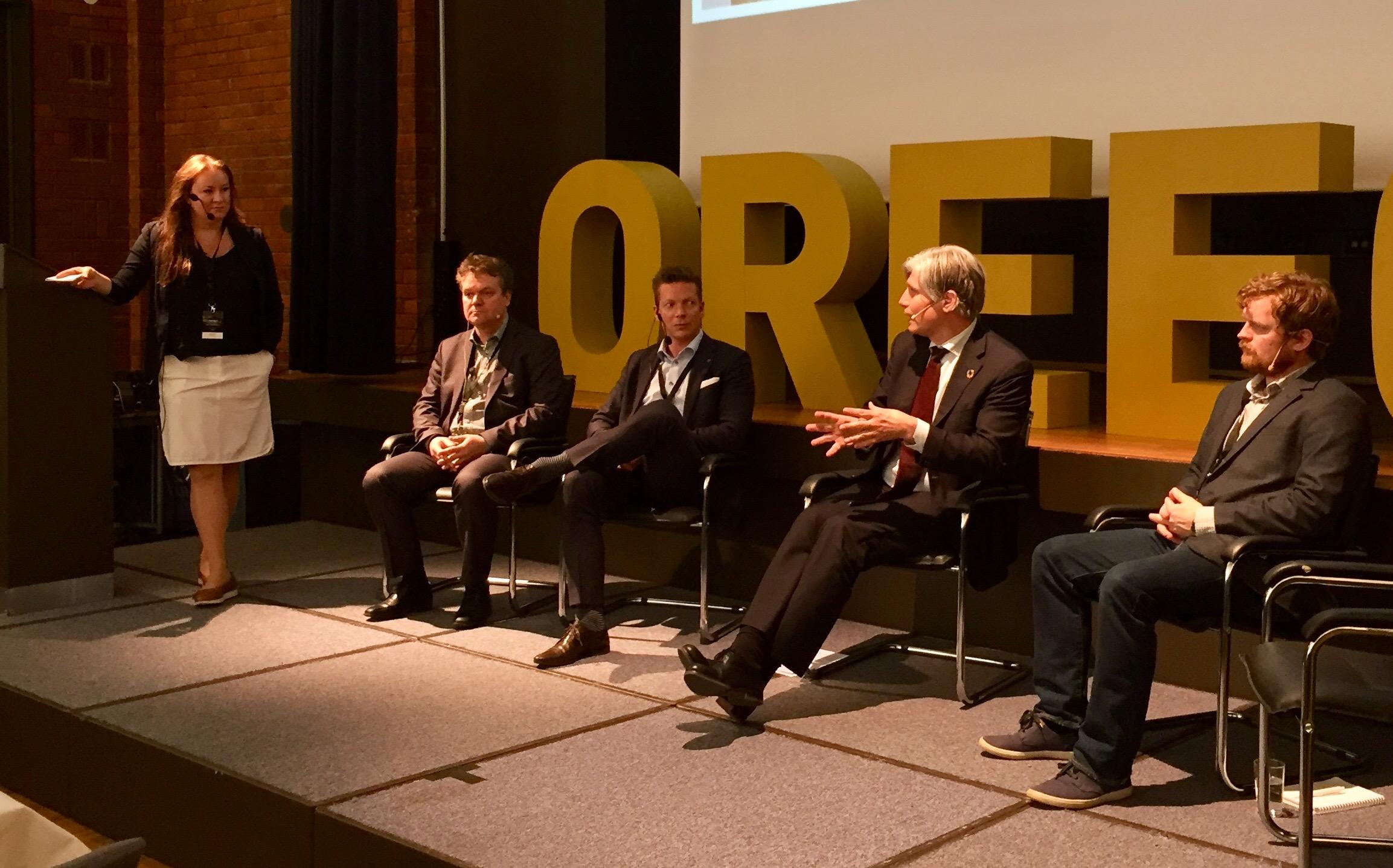 Klima- og miljøminister Ola Elvestuen sammen med debattpanelet under OREECs årskonferanse i Oslo 4. mai. Foto: Lill-Torunn Kilde